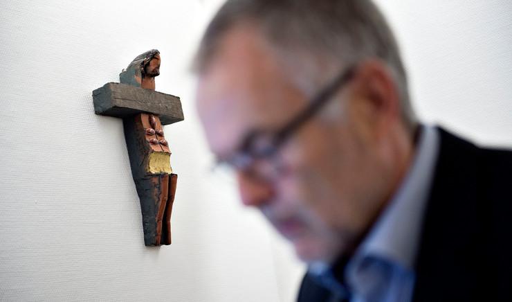 Fokus på krucifiks bag mands hoved