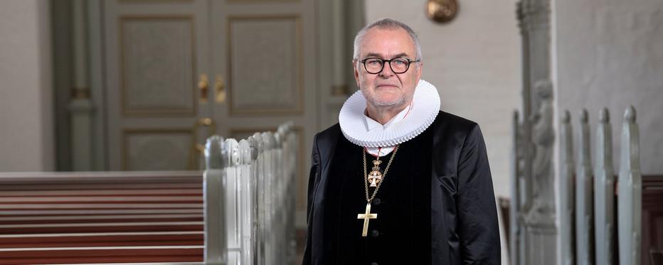 biskop foran kirkebænke