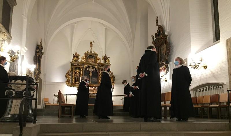 Præster og ordinander foran alteret i Budolfi Kirke