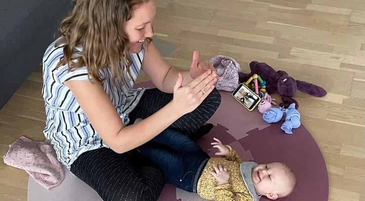 Mor og baby på gulvet