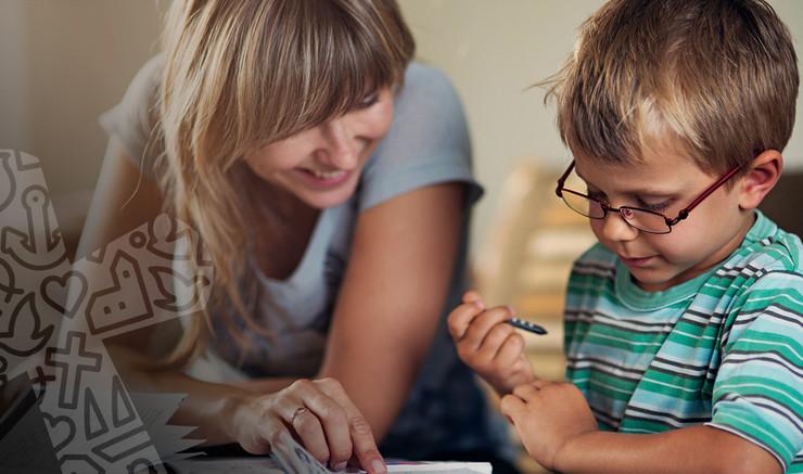 Kvinde og dreng med briller kigger på papir