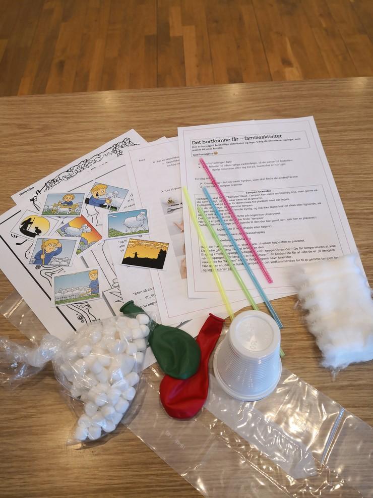 Bord med aktivitetskort, sugerør, vat og andre dele til børneaktiviteter